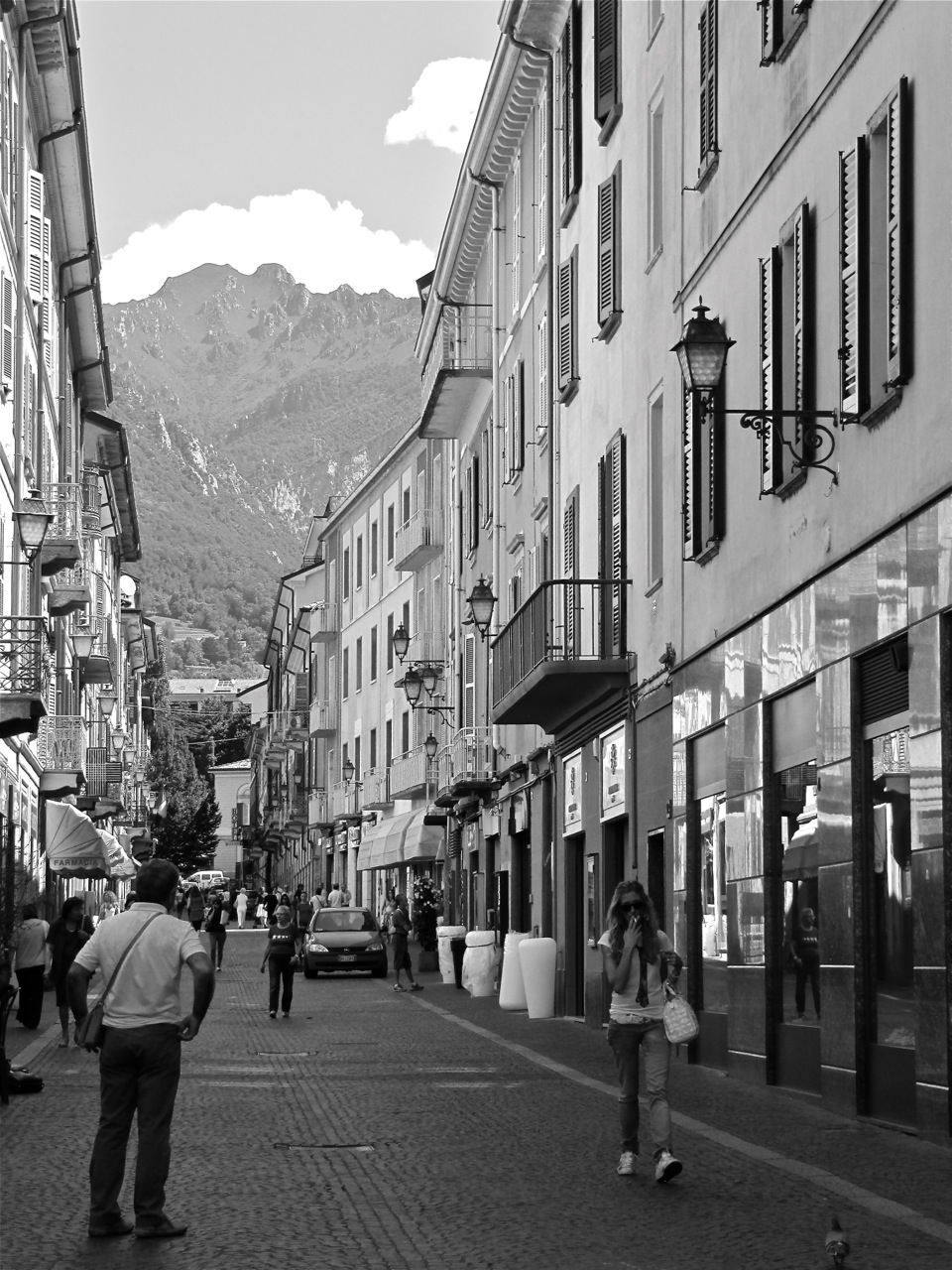 life in lake como unique in the most italian of ways culture ist life in lake como beautiful street in lecco